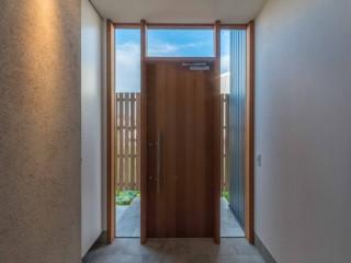 レッドシダー材の板貼玄関戸