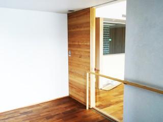 ツガ材の板貼戸・チェリー材の家具